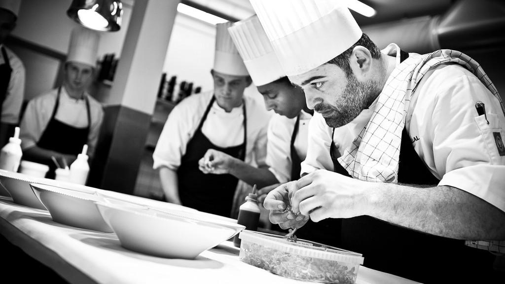 Wassim Hallal con su equipo en la cocina de Frederikshoj